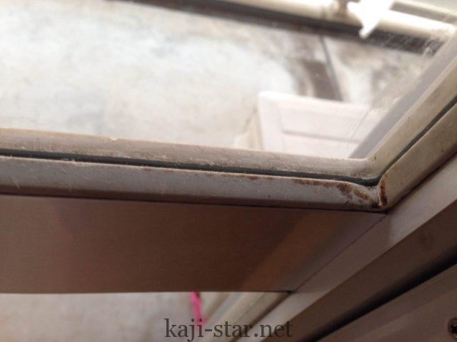 窓枠のゴムパッキンにカビ